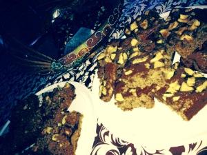 Linksonder een Strawberry Almond Crumb Cake en rechtsboven een Spiced Apple Cake with Salted Caramel.